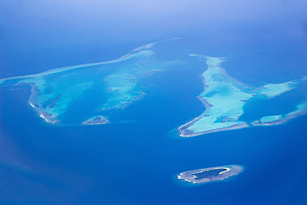 Aerial of Apo Reef (all rights reserved by https://www.flickr.com/photos/60509750@N08/)